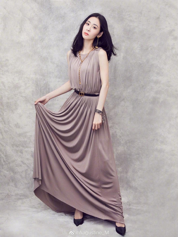 张碧晨穿藕粉纱裙亮相品牌活动,简单长裙搭配金色配饰,优雅大气