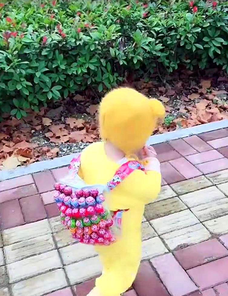 宝宝上幼儿园,爸爸让他背这个书包上学,网友:想要同款