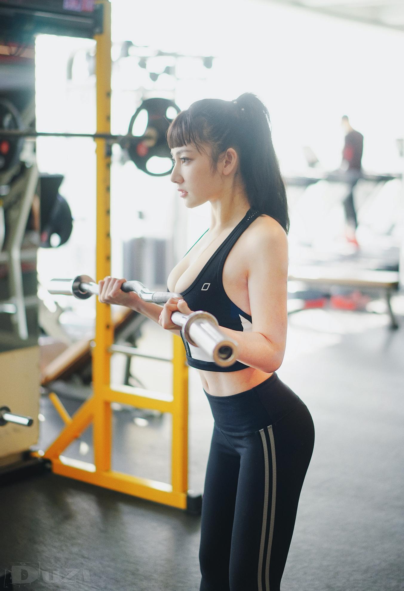 美女艺人健身房内火辣健身照曝光