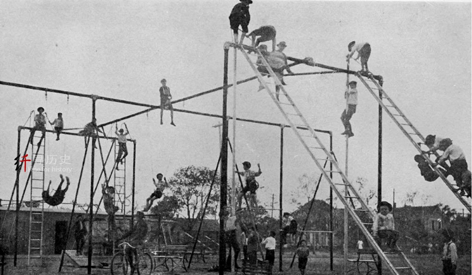 老照片 百年前危险的操场游戏设施 是否更有益儿童心理发展