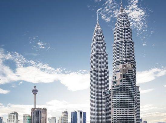 吉隆坡双塔,是吉隆坡的标志性建筑,来旅游的人都要过来欣赏一下
