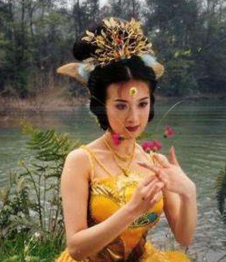 同穿孔雀装,毛晓彤显土,张含韵却美过《西游记》中的金巧巧