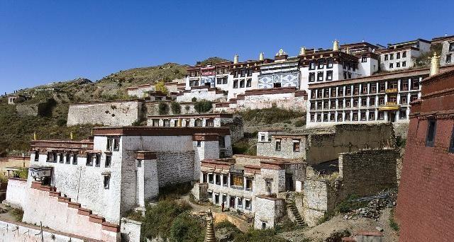 甘丹寺位于拉萨达孜县,拉萨河南岸的旺波日山上,拉萨三大寺之一