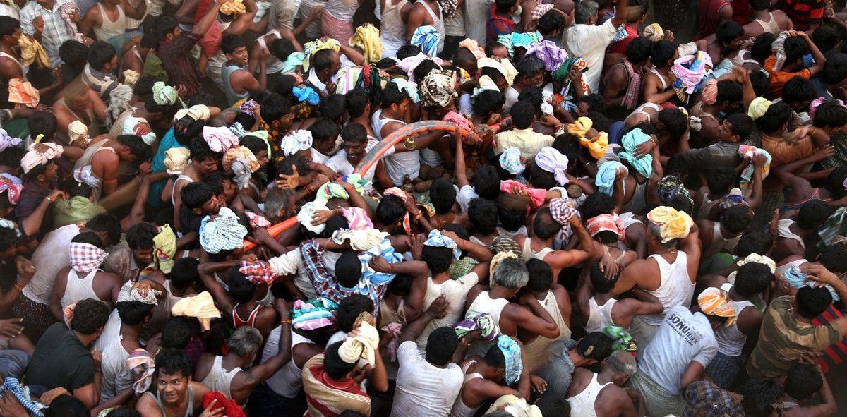 原创奇葩风俗丨印度投石节超百人受伤,你们敢去玩吗?