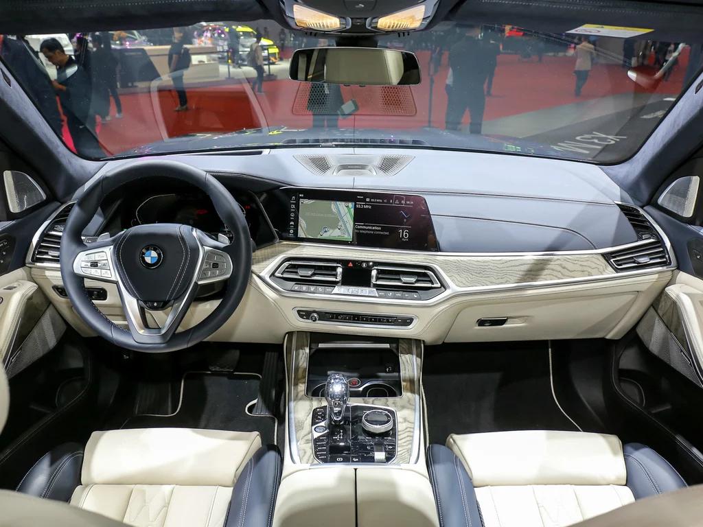 宝马X7亮相上海车展,轴距为3105mm,4.0T+8AT动力,最低售100万