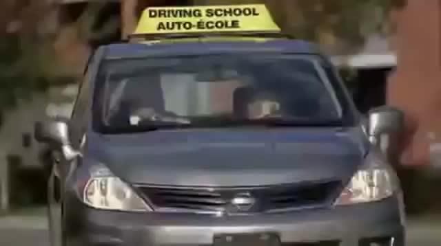 阿婆考驾照路边停车相信大部分人也不能成功的这样停车
