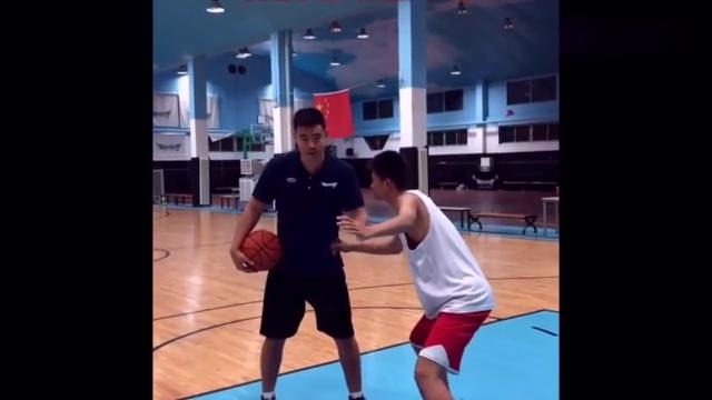 篮球教学:吉诺比利独门绝技-蛇形突破,学会让你轻松得分!