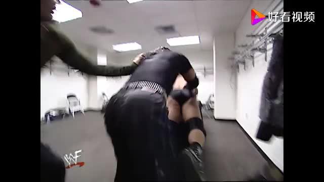 WWE对付这样的渣男就应该用非常手段让他尝尝断腿的滋味