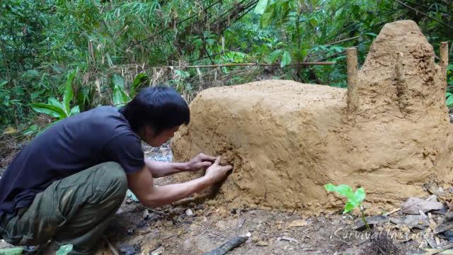 丛林生存,小哥垒起泥巴窑烧陶器,失败了!