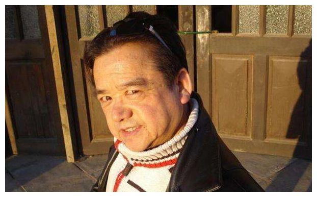 他是中国第一矮星影帝,误打误撞进入娱乐圈,住豪宅开豪车