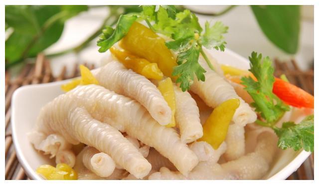 鸡爪很多人都喜欢吃,但是不知道泡椒凤爪的做法吧,原来这么简单