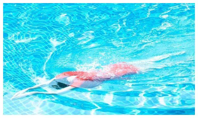 刘晓庆晒穿红色泳衣游泳美照,声称和雾霾抗争