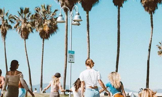 旅行,像她们这样穿最阳光!5件单品打造加州味道,时髦又轻松