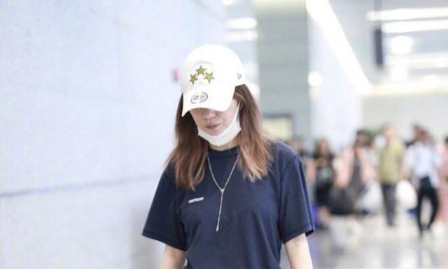 赵薇带女儿走机场,母女俩都穿短袖T,小四月长发披肩淑女范十足