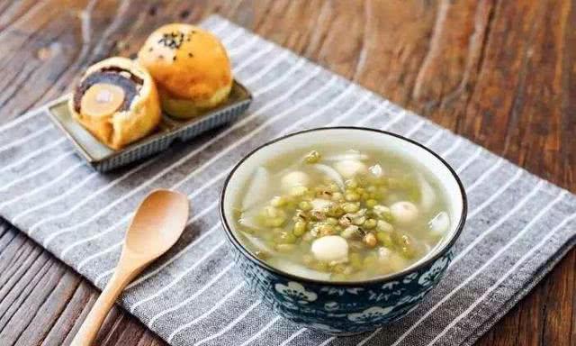 绿豆做汤做法很多,爱喝汤的朋友们试试这几种做法一周都不重样