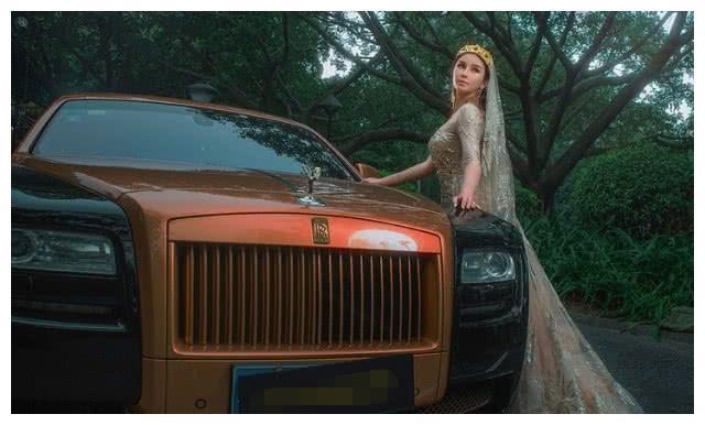 劳斯莱斯车模,异域风情女郎,侧倚豪车性感十足