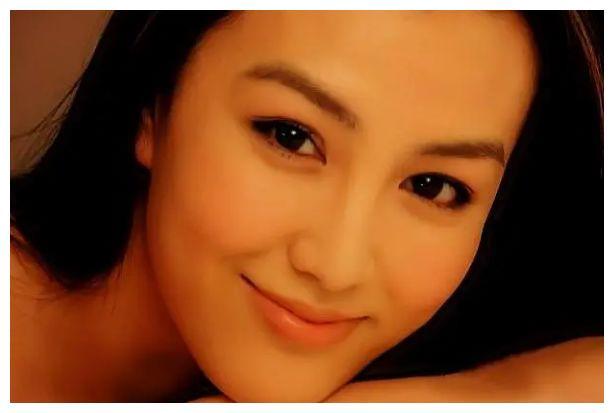 她被称内陆第一绿叶美人,神似王祖贤隐退嫁人,今女儿成日系美人