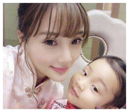 李小璐是出了名的爱女儿,每天都嘴角上翘给小公主满满的爱