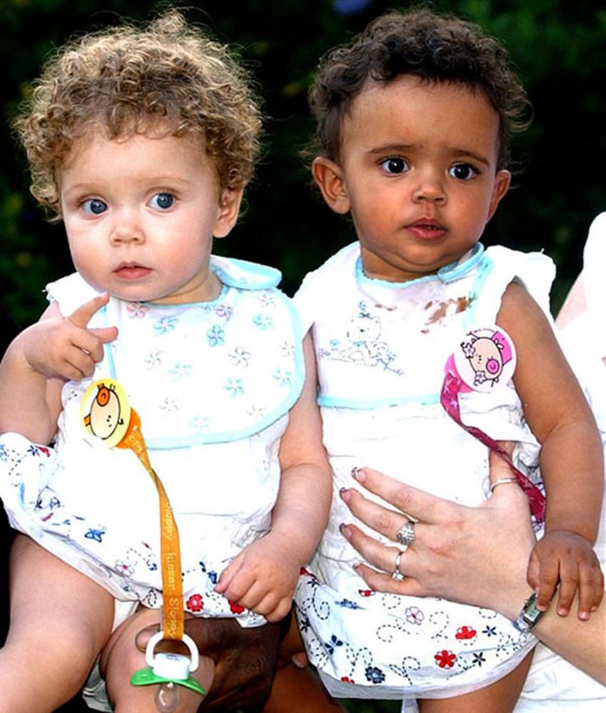 英国双胞胎姐妹肤色一黑一白,上学后老师都不敢相信