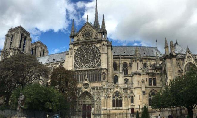 法国标志性建筑,巴黎圣母院起火,总统马克龙宣布将重建