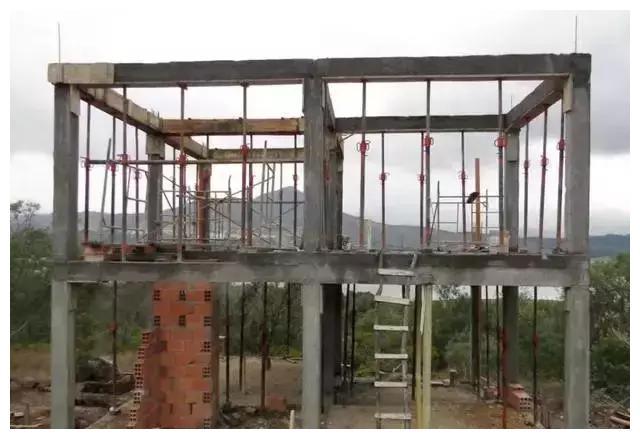 缺点 1、框架节点应力集中显著; 2、侧向刚度小,强震作用下,结构所产生水平位移较大,易造成严重的非结构性破坏; 3、吊装次数多,接头工作量大,工序多,建造成本投入较高; 4、施工受季节、环境影响较大。 分析结果 砖混结构的房子抗震低、牢固性不高,而且耗费的工期较长,但是造价低且便于施工是其最大优点, 框架结构的房子抗震高、牢固性高且工期短,但是造价高是其最大缺点。 所以具体选哪种结构好,得看你是更注重安全还是投入成本方面考虑,有些城市处于地震活跃地带的,建议尽量选择框架结构,如果是偏落后或者说是经济能