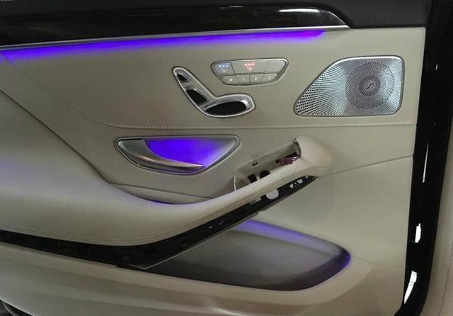 奔驰S320改装后排电动调节座椅,实力车主加个脚托那就更有面了