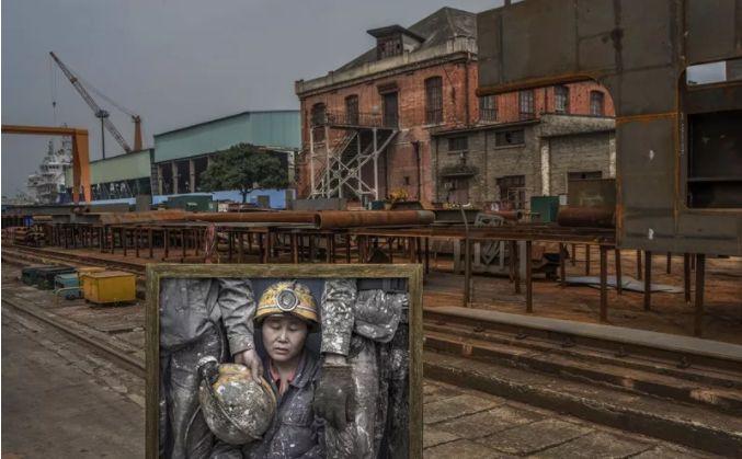 创意摄影,镜子中的船厂民工,展现劳动者不屈的精神