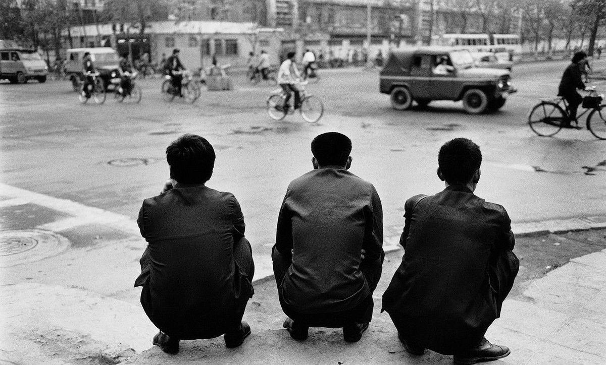 三十年前的广州老照片:打工妹在广州火车站露天睡觉