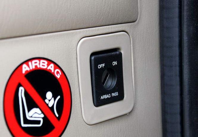 车里这4个按钮最好别碰!很多车主不懂,直到出车祸还被蒙在鼓里