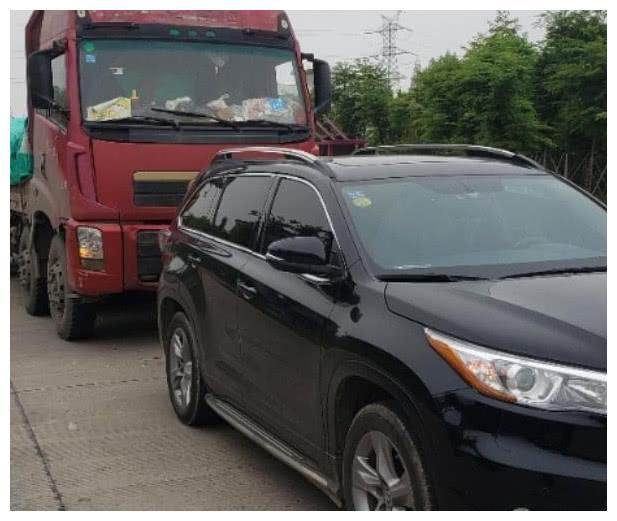 丰田汉兰达遭大货车追尾,车友:一对比,才知道日系车是真结实!