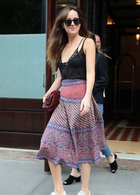 Dakota Johnson街拍,裙装look搭配小白鞋,优雅自信