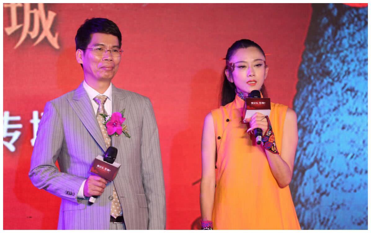 杨丽萍参加活动,一身有气质的人   手指甲长的好似妖精一样