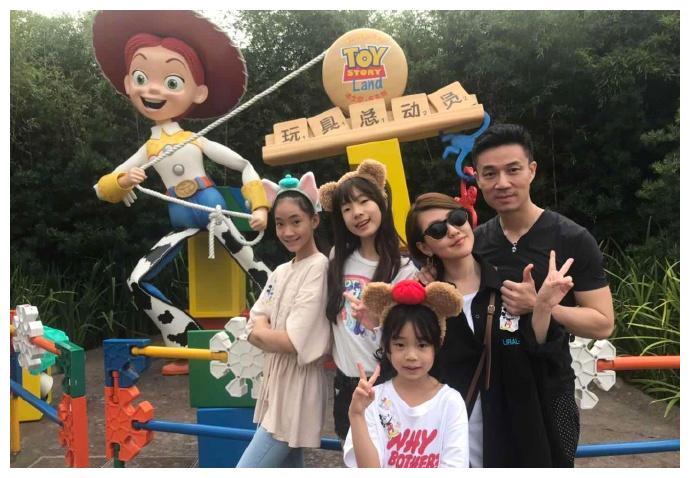 小S全家游迪士尼近照曝光,许雅钧紧搂老婆与三个女儿,幸福到齁
