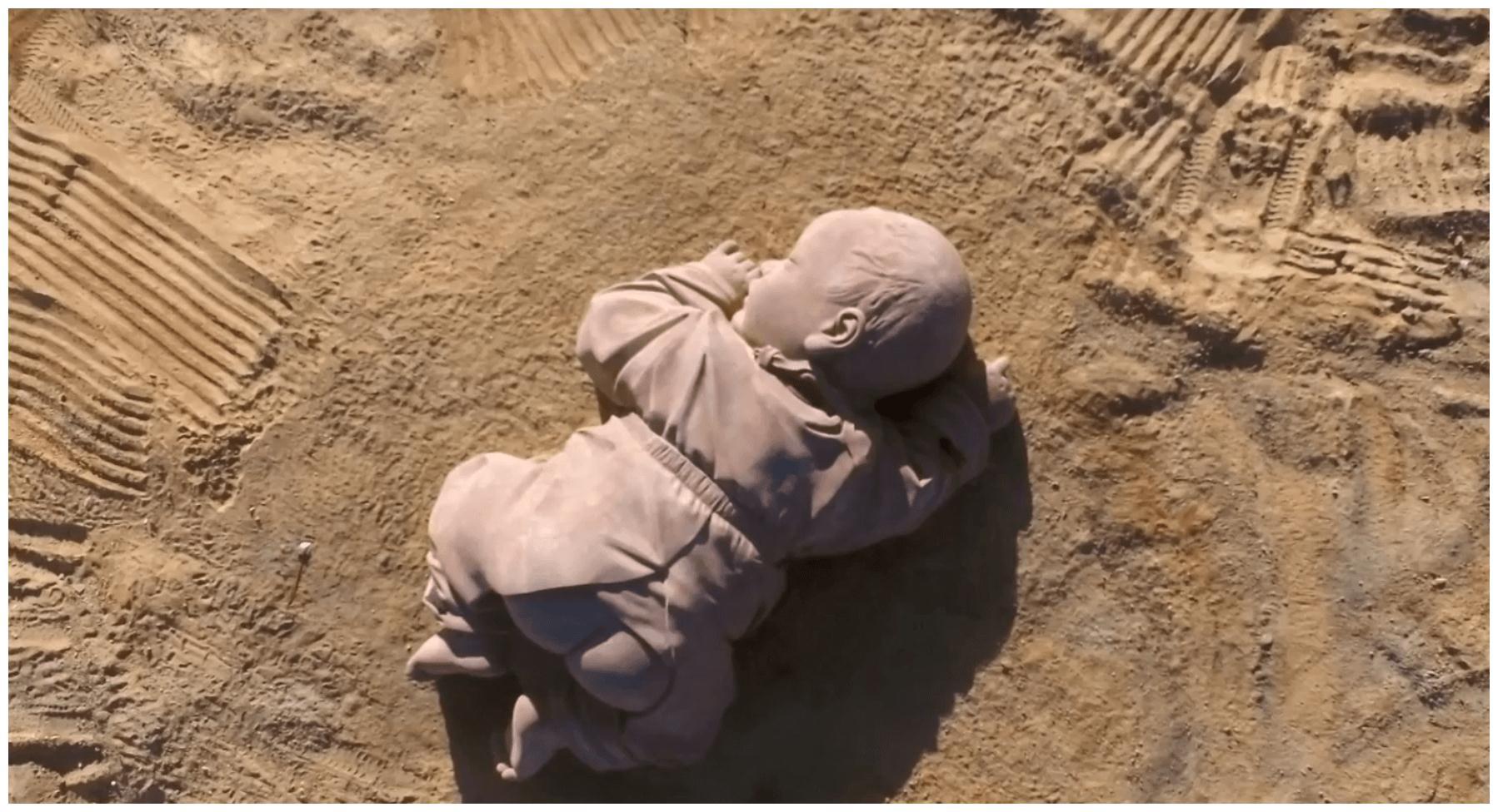 """甘肃沙漠躺着一个""""巨婴"""",已经熟睡了一年多,游客看后很心疼"""