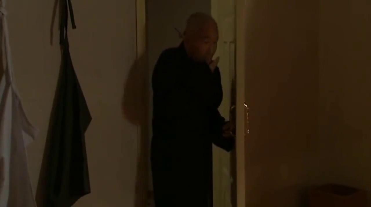 少奶奶睡觉忘记锁门,不料老管家偷偷溜进房间,做了自己想做的事