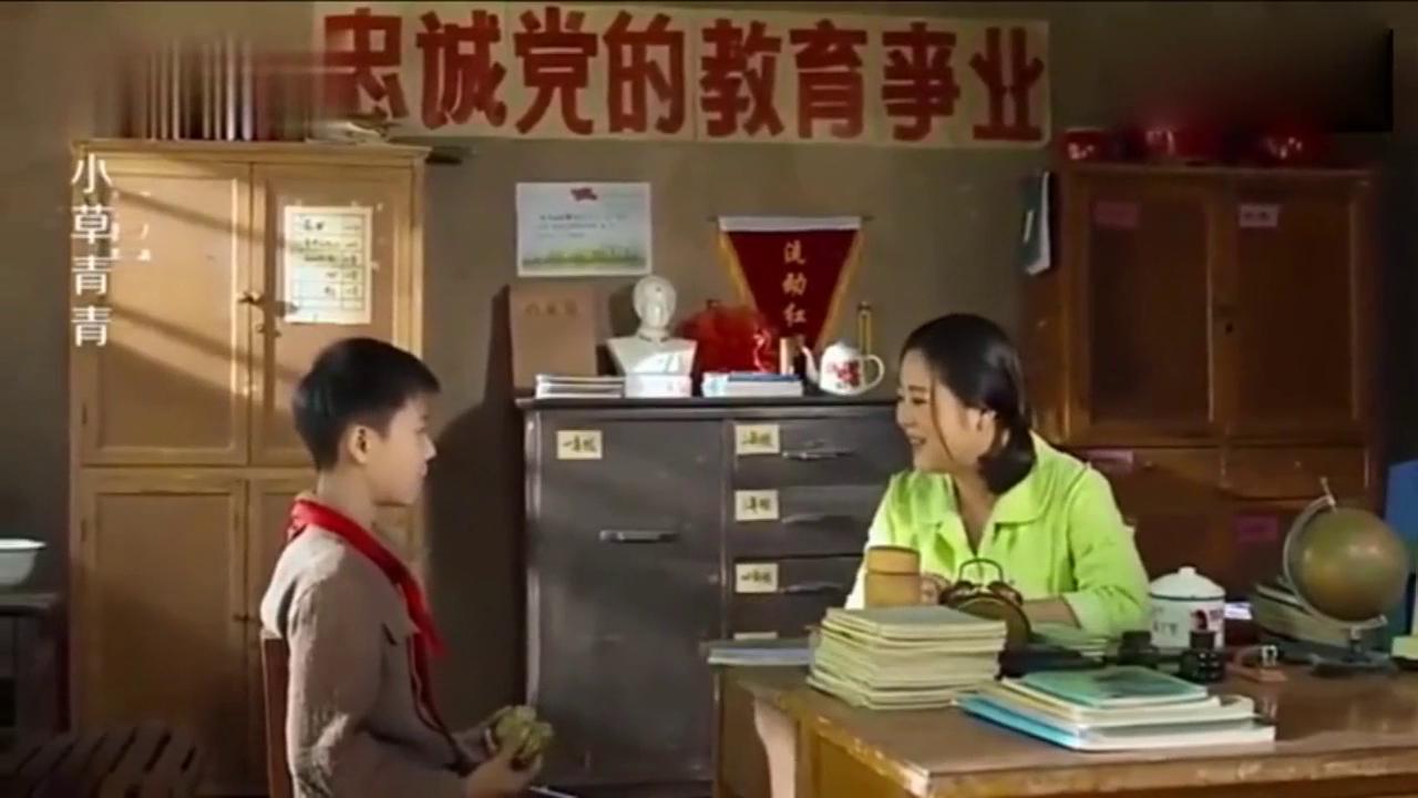 老师心疼穷学生天天吃野菜饼子,竟用自己的饭菜跟学生交换,感动