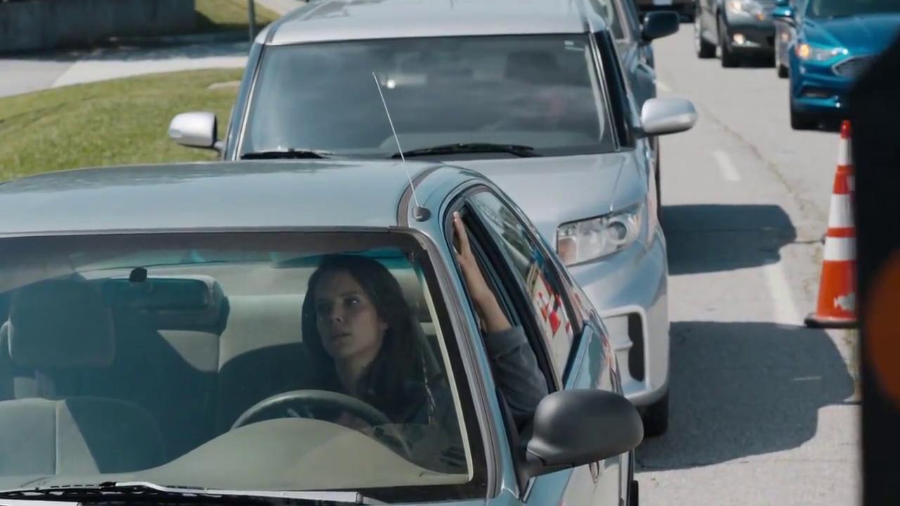 遇上交通限制有人不长眼,不停按喇叭,被冰山女王霸气教育