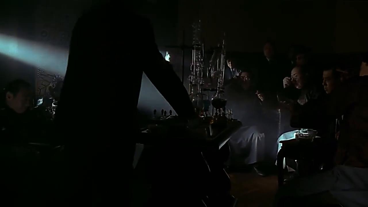 夜晚,刘德华为了禁毒和朋友想方设法切断运毒路线