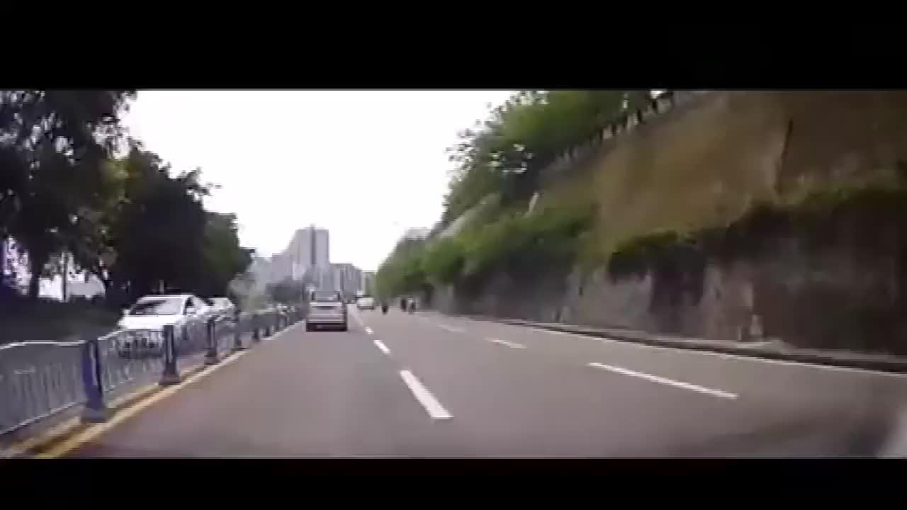 中彩票也没这么准,面包车无辜躺枪,视频车拍下悲剧全过程!