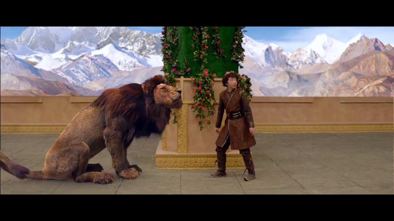 陪孩子玩耍的狮子竟然突然变脸,想要吃了孩子