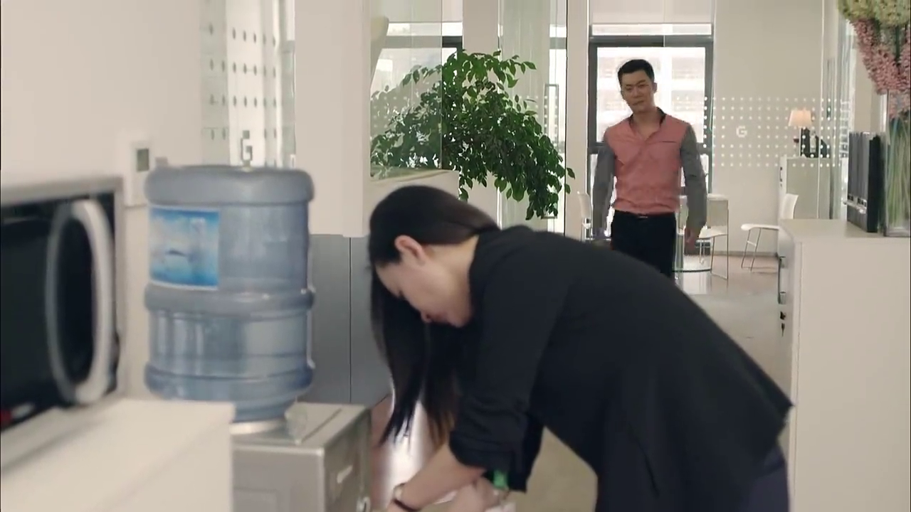霸道总裁在公司里,竟与美女员工争吵,到底想干什么