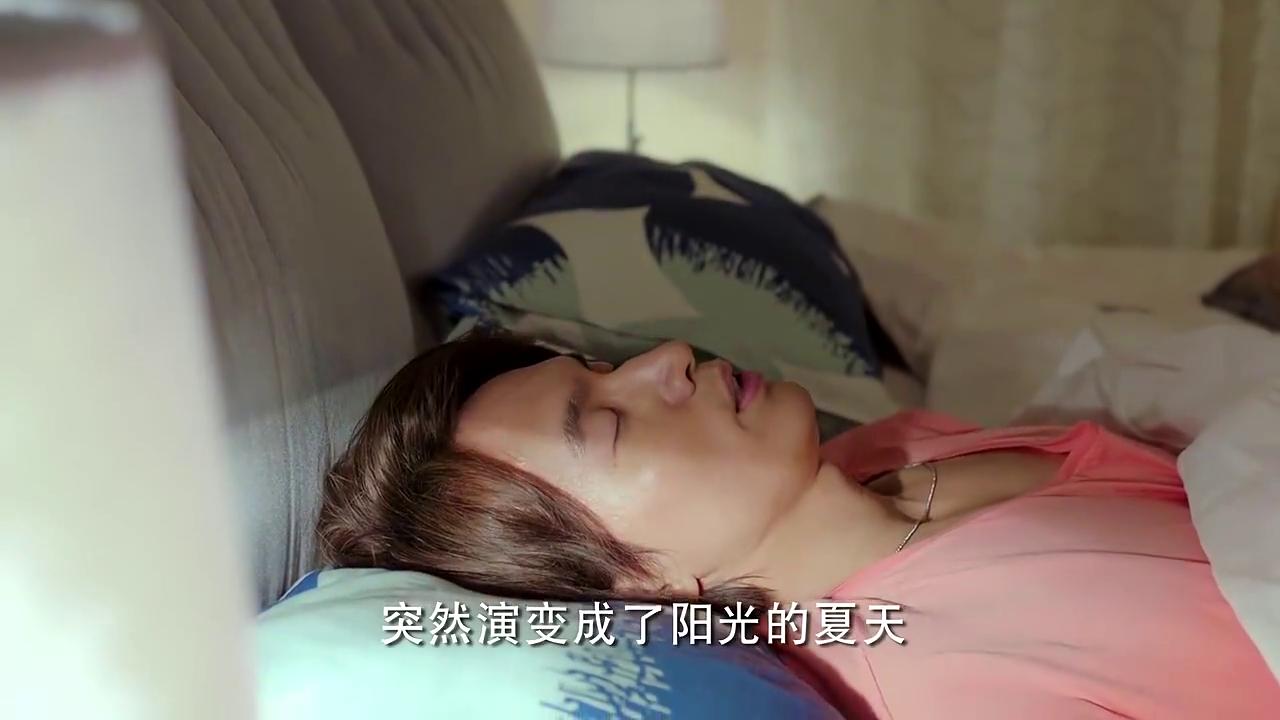 霸道总裁见灰姑娘睡着,一把抱住她放到床上,最后却起了小心思