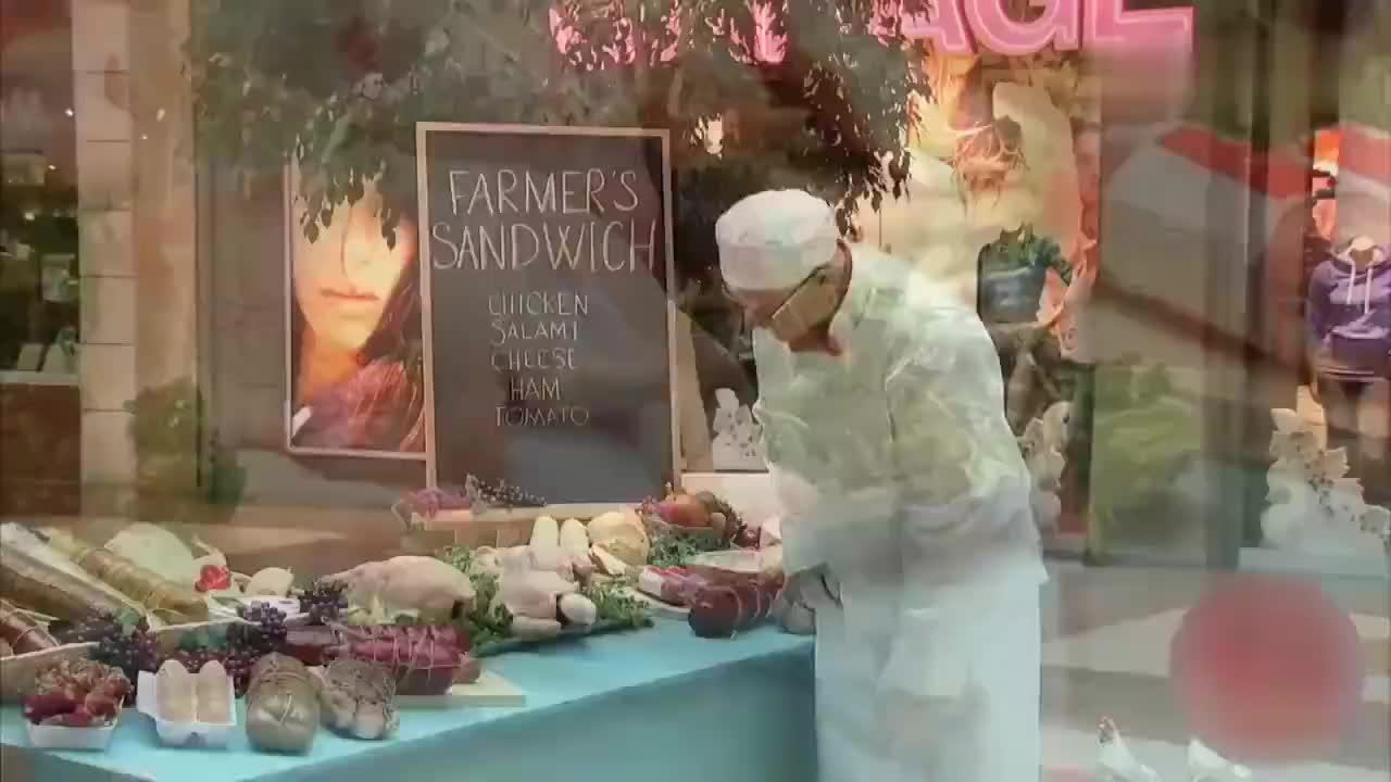 国外爆笑街头恶搞商场出售新鲜鸡肉摸一摸还能下鸡蛋
