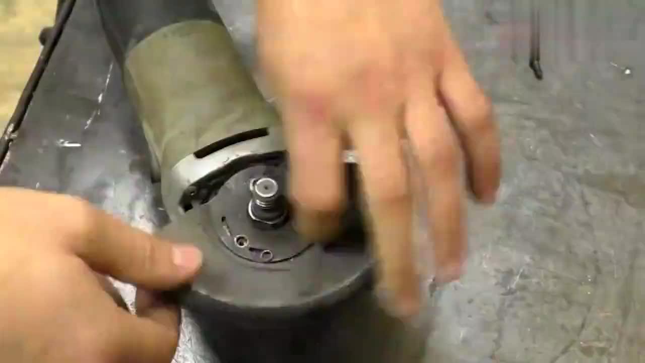 牛人将废弃的角磨机拆开制作成这个机器成品还挺实用的