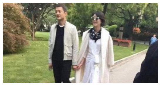 王菲神仙般潇洒的日子,离婚后和前男友复合,复合后和前夫聚会