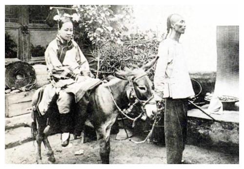 清朝真实老照片:满族女子骑驴,比电视剧更精彩!