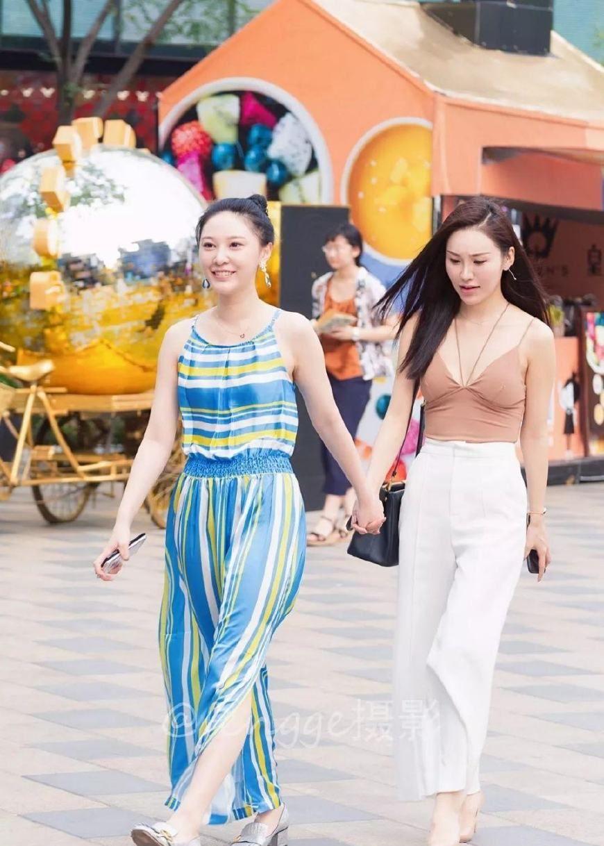 街拍:穿着时尚清凉的两位美女,身材都很棒,颇有夏威夷风情!