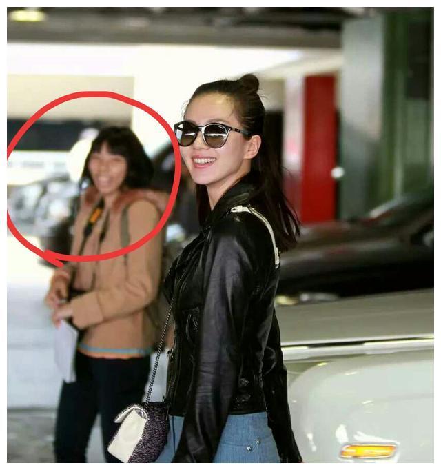 刘诗诗机场再遇虹桥一姐,可这次抢镜却是另一粉丝与助理的包包?