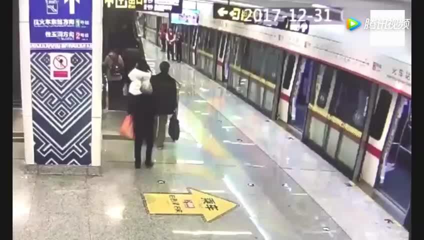 白发老人独自乘坐电梯不慎摔倒接下来的一幕感动所有人