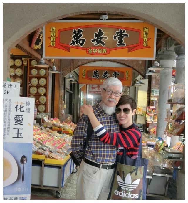 陈法蓉带着父亲游台北 逛街拍照吃东西好开心